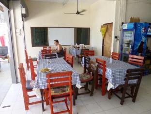 Pineapple Guesthouse Phuket - Food, drink and entertainment