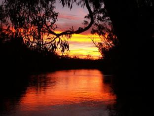 Cadell on the Murray Hotel Echuca / Moama - Enjoy our amazing views of sunset amongst the river banks!