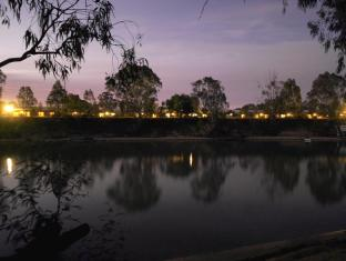 Cadell on the Murray Hotel Echuca / Moama - The gorgeous view of Cadell from the other side of the river bank