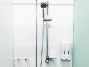 Five Stones Hostel Singapore - Male/Female Showers