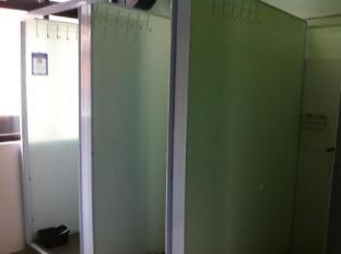 Five Stones Hostel Singapore - Shared Bathroom