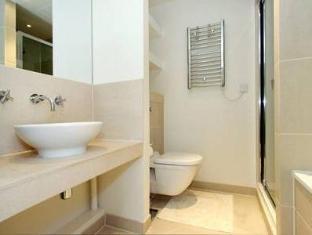 Discovery Dock Apartments London - Bathroom