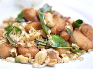 Queen Lotus Guesthouse Bangkok - Stir fried Chicken with herbs