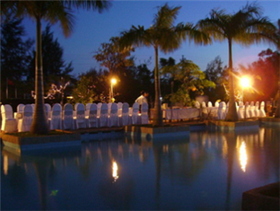 River Ray Resort Vung Tau - Dining at the Pool Side