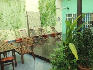Backpacker's Hostel @ The Little Red Dot Singapore - Garden and Sun Tanning Deck