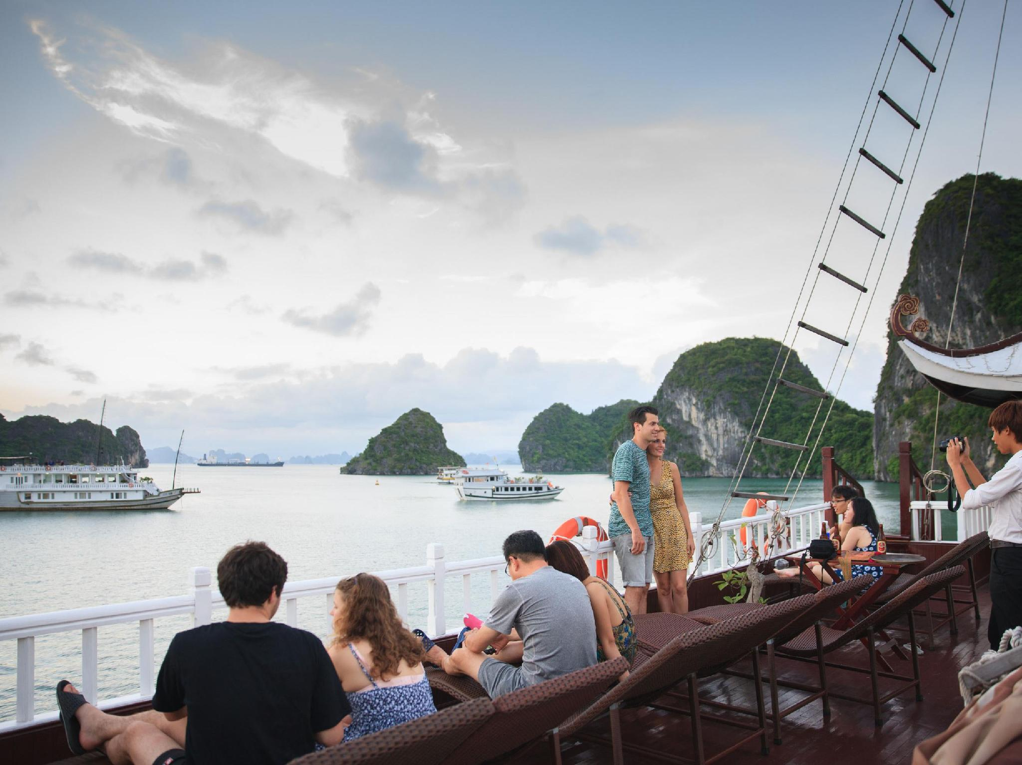 Luxury Imperial Cruise Halong - Hotell och Boende i Vietnam , Halong