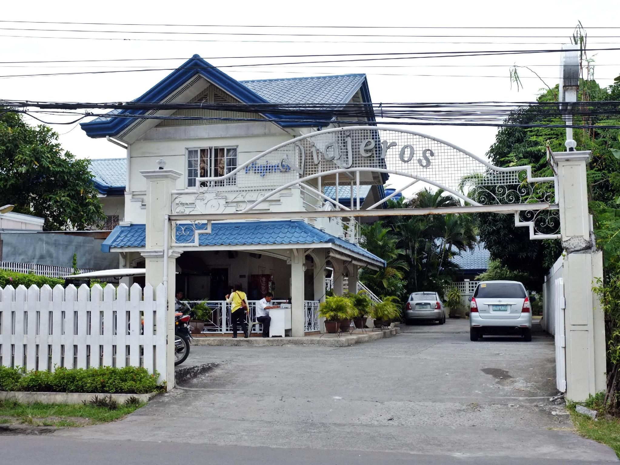 Viajeros Economy Inn דבאו - בית המלון מבחוץ