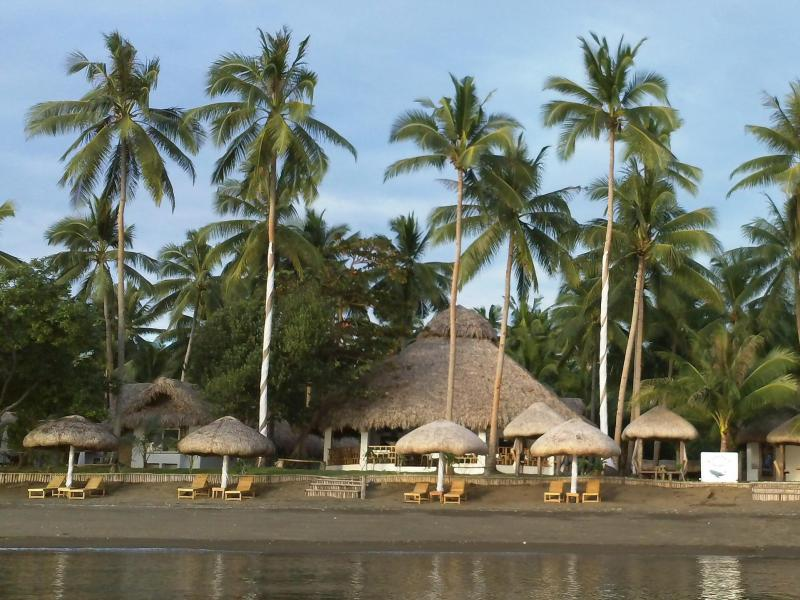 Elysia Beach Resort بيكول