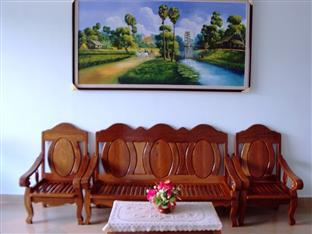 Hang Pich Guesthouse Sihanoukville - Wooden Sofa at Lobby