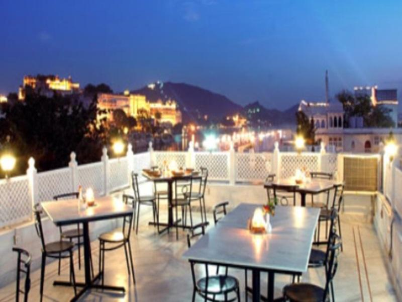 Hotel Thamla Haveli Udaipur - Terrace Restaurant with lake view