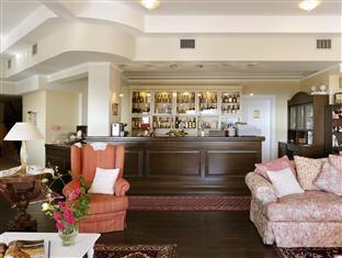 Jennifer Home Hotel Drama - Hotel Bar