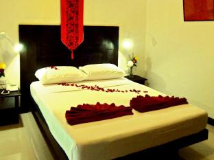 Boomerang Inn Phuket - Deluxe Queen Bed