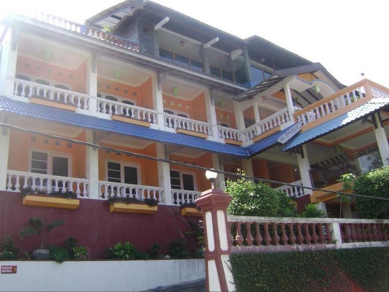 Adinda Beach Hotel Yogyakarta - Entrance street