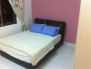 Homestay @ Setia Tropika Johor Bahru - Bedroom with Queen size bed