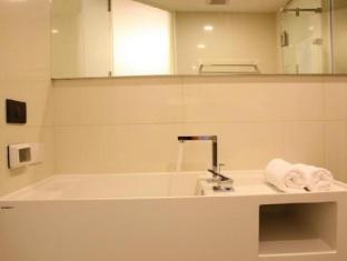 Marvin Suites Bangkok - Bathroom