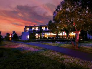 Golden Pebble Hotel Melbourne - Exterior