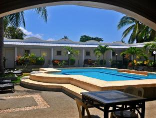 Villa Del Pueblo Inn Bohol - Swimming pool view from the bar