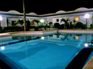 Villa Del Pueblo Inn Bohol - pool view at night
