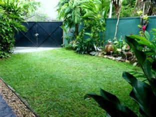 Hotel Crest Nest Colombo - Front Garden