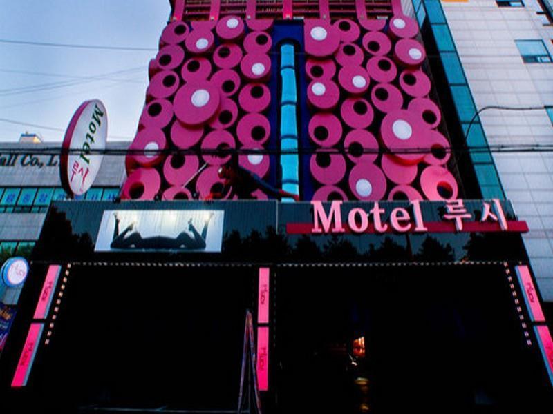 โรงแรม ลูซี่ โมเต็ล  (Lucy Motel)