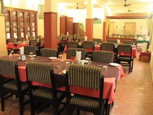 Unique Wild Resort Chitwan National Park - Restaurant