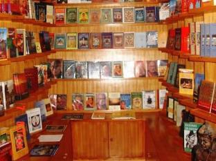Hotel Himalaya Yoga Kathmandu - Guest Library and gift shop