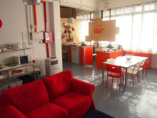 Singapore Hotel Accommodation Cheap | Woke Home Capsule Hostel Singapore - Common Area