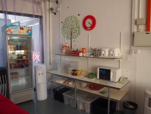 Singapore Hotel Accommodation Cheap | Woke Home Capsule Hostel Singapore - Shared Kitchenette