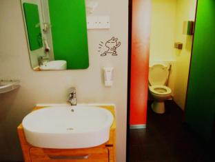Singapore Hotel Accommodation Cheap | Woke Home Capsule Hostel Singapore - Bathroom