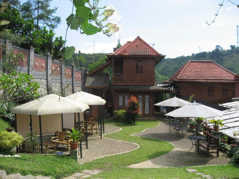 Bantal Guling Villa Lembang - Hotels and Accommodation in Indonesia, Asia