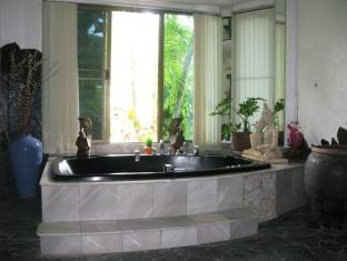 Sunshine Villa Phuket - Hot Tub