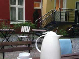 Pension Peters Berlin Berlin - Courtyard with table