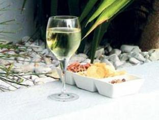 AfricanHome Guesthouse Cape Town - Wine by the Pool