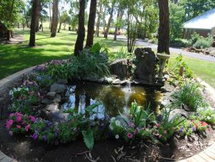 Clarendon Chalets Mount Gambier - The surrounding garden area