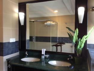 Times Service Suites at Times Square Kuala Lumpur - 2 Room Family Suite ( Bathroom )