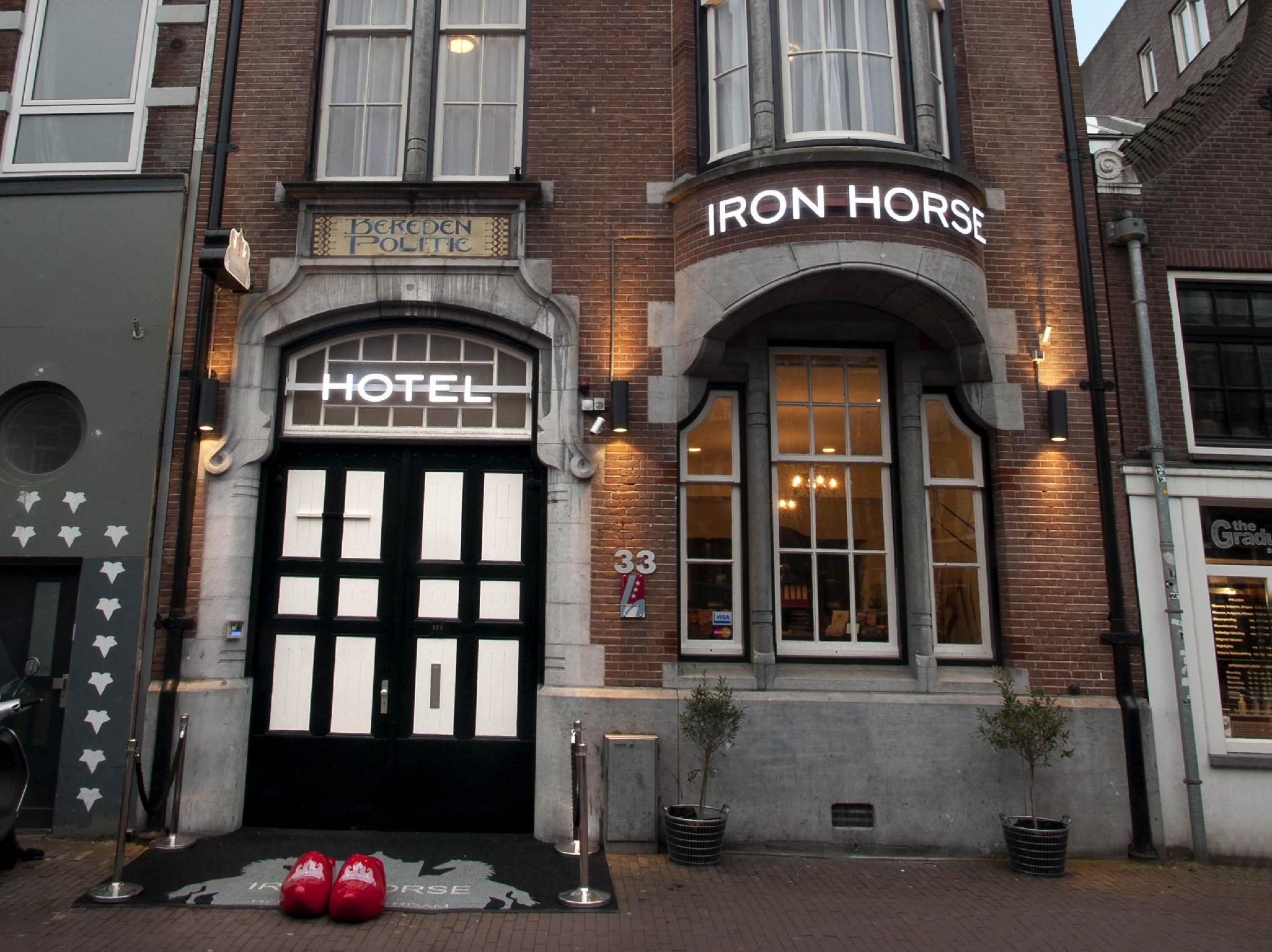 โรงแรมไออ้อน ฮอร์ส