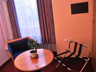 Hotel Abe Prague - Relaxing area in the room