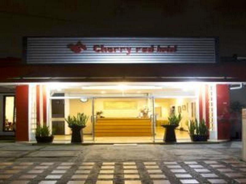 Cherry Red Hotel Медан - Фасада на хотела