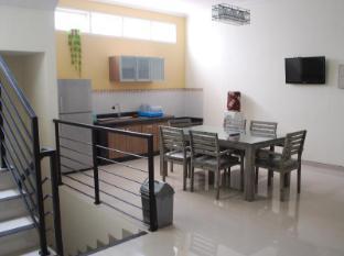 IKIRU to live Hotel Surabaya - Dining room and kitchen