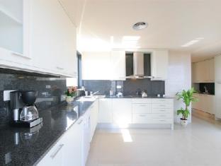 Rent Top Apartments Exclusive Beachfront Barcelona - Guest Room