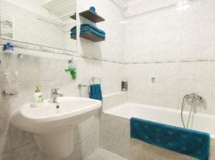 Kornelia Residence Budapest - Kornelia Residence bathtub in bathroom
