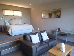 Chardy Ridge Accommodation Auckland - Tapa Room / Interior