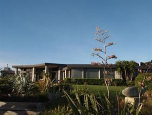 Chardy Ridge Accommodation Auckland - Main House / Front Lawn