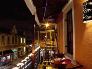 Bohemian Lofts Backpackers Cape Town - Balcony at Night