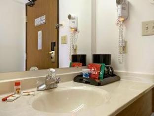 Super 8 Gallipolis Pt Pleasant Area Hotel Gallipolis (OH) - Bathroom