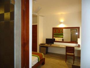 The Ocean Front Hotel Colombo - Deluxe Room
