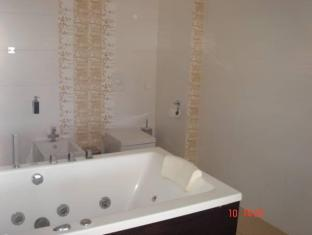 Holiday Villa بارنو - حمام