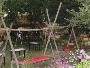 Hotel River Side Chitwan National Park - Hammocks for rest