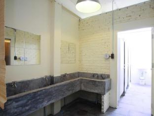 2W Cafe & Hostel Phuket - Shared Bathroom