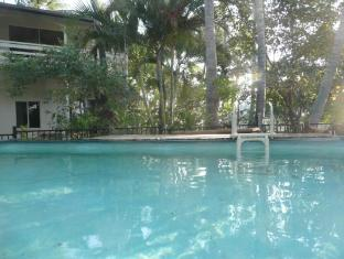Beachside Holiday Units Whitsunday Islands - Pool and Grounds